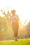 Gelukkige jonge vrouw die in park uitoefenen Royalty-vrije Stock Afbeeldingen