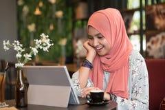 Gelukkige jonge vrouw die tabletcomputer met behulp van Royalty-vrije Stock Foto