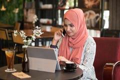 Gelukkige jonge vrouw die tabletcomputer met behulp van Royalty-vrije Stock Foto's