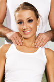 Gelukkige jonge vrouw die van een massage geniet Stock Afbeeldingen