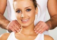 Gelukkige jonge vrouw die van een massage geniet royalty-vrije stock fotografie