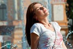 Gelukkige jonge vrouw die van zon geniet Stock Foto's