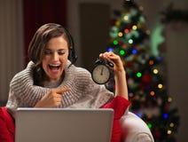 Gelukkige jonge vrouw die videopraatje met familie hebben Stock Foto