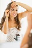 Gelukkige jonge vrouw die wenkbrauwen uittrekken Stock Foto's