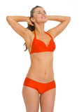 Gelukkige jonge vrouw die in zwempak van het zonnebaden genieten Stock Afbeelding