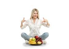 Gelukkige jonge vrouw en gezond vegetarisch voedsel, fruit Concept van stock afbeelding