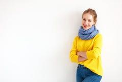 Gelukkige jonge vrouw in gele sweater op witte achtergrond royalty-vrije stock foto's