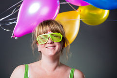 Gelukkige jonge vrouw in groene glazen Stock Foto