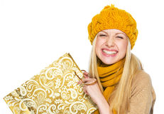 Gelukkige jonge vrouw in hoed en sjaal met het winkelen zak Stock Afbeelding