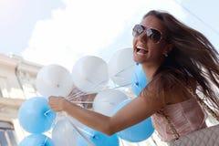Gelukkige jonge vrouw met blauwe latexballons Stock Fotografie