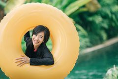 Gelukkige jonge vrouw met buis in een toevlucht van het waterpark stock afbeeldingen