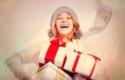 Gelukkige Jonge Vrouw met de Giften van Kerstmis Stock Afbeeldingen
