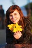 Gelukkige jonge vrouw met een lelie royalty-vrije stock afbeelding
