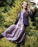 Gelukkige jonge vrouw met een paddestoel Royalty-vrije Stock Fotografie