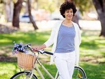 Gelukkige jonge vrouw met fiets Royalty-vrije Stock Foto