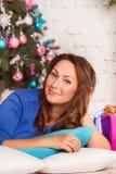 Gelukkige jonge vrouw met giftdoos dichtbij Kerstmisboom Kerstmis of Ne Royalty-vrije Stock Afbeeldingen