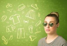 Gelukkige jonge vrouw met glazen en vrijetijdskledingspictogrammen Stock Foto