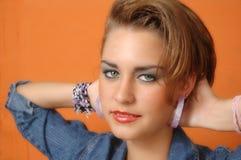 Gelukkige jonge vrouw met handen achter hals Royalty-vrije Stock Afbeeldingen