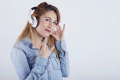 Gelukkige jonge vrouw met hoofdtelefoons royalty-vrije stock fotografie