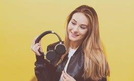 Gelukkige jonge vrouw met hoofdtelefoons Royalty-vrije Stock Afbeeldingen