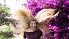 Gelukkige jonge vrouw met lang blond haar royalty-vrije stock foto's