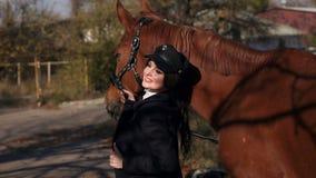 Gelukkige jonge vrouw met paard, het glimlachen Paard Rider Portrait stock videobeelden