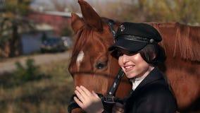 Gelukkige jonge vrouw met paard, het glimlachen Paard Rider Portrait stock video