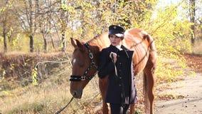 Gelukkige jonge vrouw met paard, het glimlachen Paard Rider Portrait stock footage
