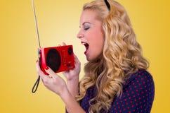 Gelukkige Jonge Vrouw met retro radio royalty-vrije stock foto's