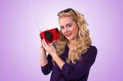 Gelukkige Jonge Vrouw met retro radio stock afbeeldingen