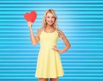 Gelukkige jonge vrouw met rood document hart royalty-vrije stock afbeelding