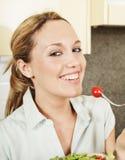 Gelukkige jonge vrouw met salade stock fotografie