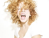 Gelukkige jonge vrouw met slordig krullend haar Royalty-vrije Stock Foto