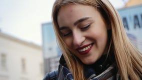Gelukkige jonge vrouw met smartphone in de stad, steadicam schot stock videobeelden