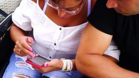 Gelukkige Jonge Vrouw met Smartphone in Koffie stock footage