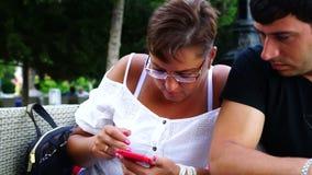 Gelukkige Jonge Vrouw met Smartphone in Koffie stock videobeelden