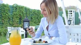 Gelukkige Jonge Vrouw met Smartphone in Koffie stock video