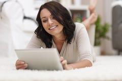 Gelukkige jonge vrouw met tablet Stock Fotografie