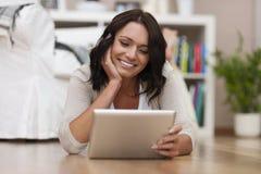 Gelukkige jonge vrouw met tablet Stock Afbeelding