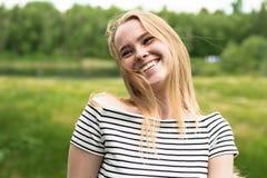 Gelukkige jonge vrouw op aard Stock Afbeelding
