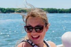 Gelukkige jonge vrouw op de zomervakantie Stock Fotografie