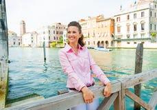 Gelukkige jonge vrouw op groot kanaal in Venetië, Italië Stock Fotografie