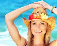 Gelukkige jonge vrouw op het strand Stock Foto
