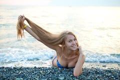 Gelukkige jonge vrouw op het strand Royalty-vrije Stock Foto