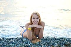 Gelukkige jonge vrouw op het strand Stock Afbeeldingen