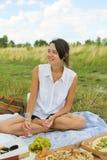 Gelukkige jonge vrouw op picknick royalty-vrije stock afbeelding