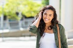 Gelukkige jonge vrouw op straat royalty-vrije stock afbeelding