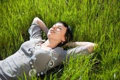 Gelukkige jonge vrouw openlucht Stock Foto