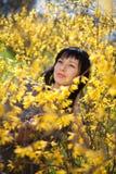 Gelukkige jonge vrouw openlucht Royalty-vrije Stock Foto's
