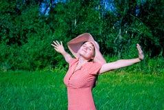Gelukkige jonge vrouw in openlucht Royalty-vrije Stock Foto's
